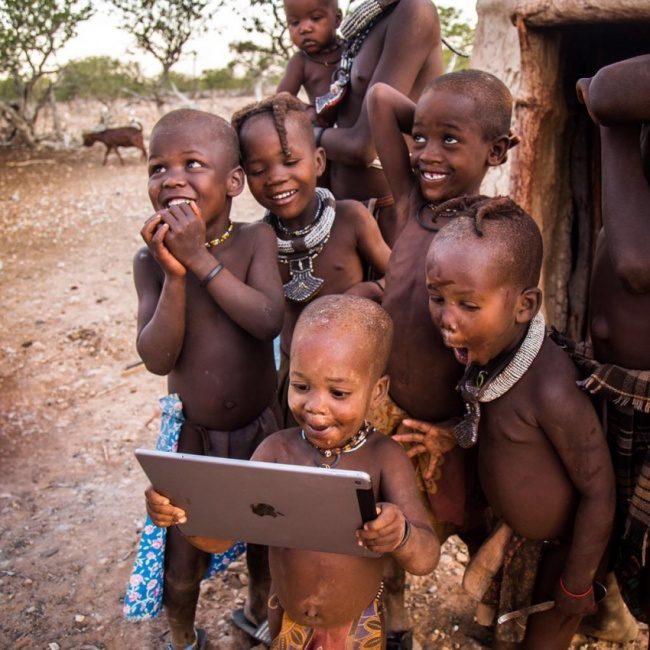 25張「頓悟生命真的超美好」的照片 非洲寶寶第一次拿iPAD好幸福