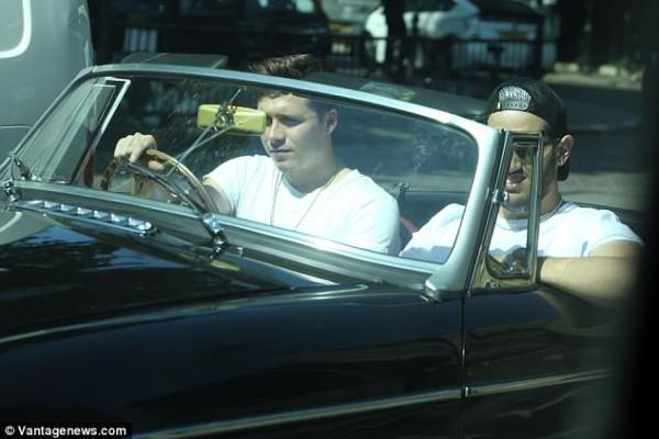 才拿到駕照一年!布魯克林開新MG敞篷車兜風 19歲就「5台名車」隨便開