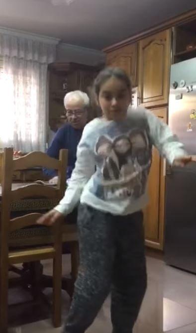孫女超嗨熱舞!後面爺爺忍不住偷加入 一轉頭「裝沒事擦桌子」