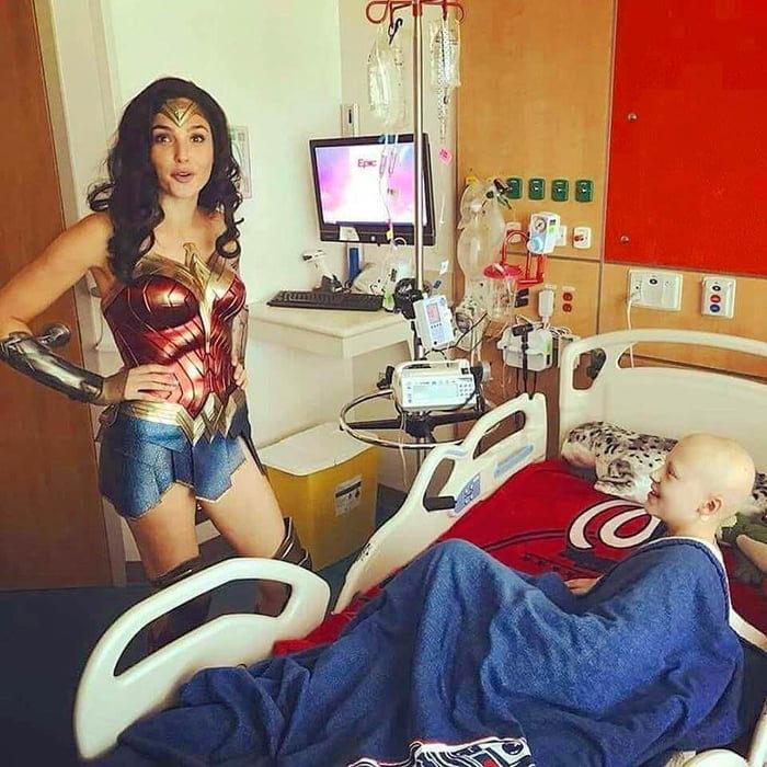《神力2》拍一半 蓋兒加朵「直接披戰袍」醫院出任務!醫護驚喜:她是真的女超人
