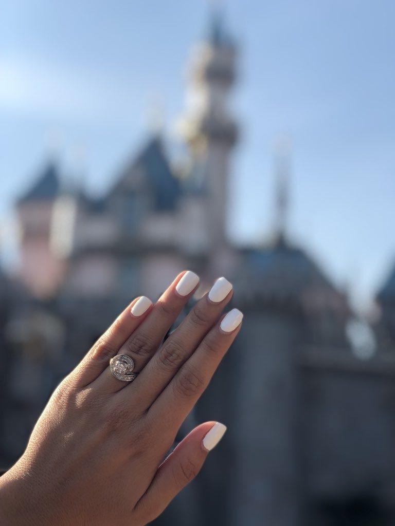 被男友求婚!她坐迪士尼太空山「拍超閃婚戒照」 網笑:瓦干達萬歲