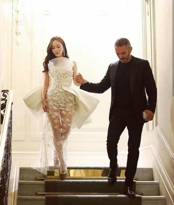 潔西卡穿「蕾絲薄紗」遮重點部位 下樓梯瞬間還是撥雲見日了...