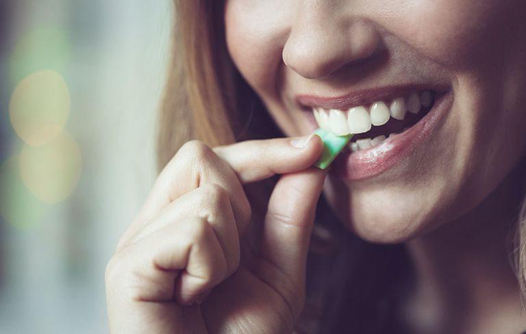 口香糖吞下肚會怎樣?「食物全黏成一團」把腸子都塞住!