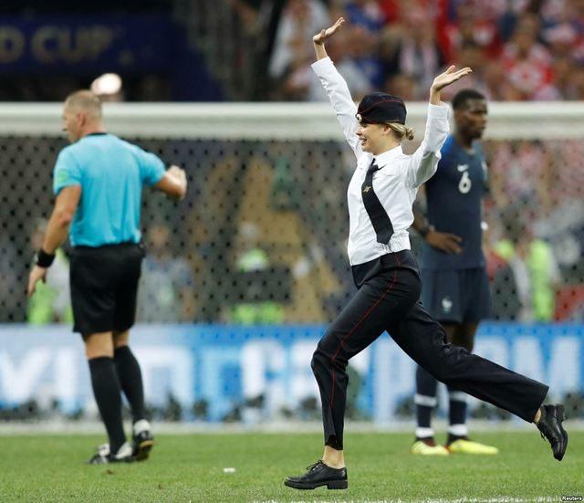 俄辣妹闖世足決賽「還跟法國球員HIGH FIVE」 60秒直接拖去見普丁
