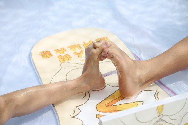 水上樂園舉行「腳趾腕力大賽」!展現腳上功夫扳倒對手 旅客卻大讚:很貼心