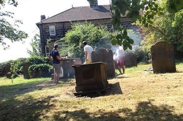 老外墓園開趴「亡者頭上烤肉」 被勸阻:謝謝你的關注...繼續吃嗑!