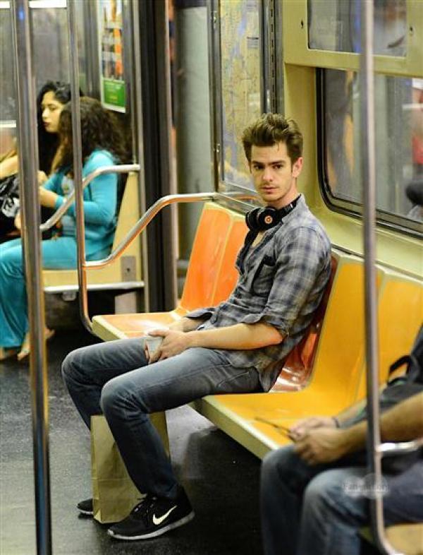 12張巨星微服出巡「跟你擦身而過」畫面 蜘蛛人讓地鐵直接變片場!