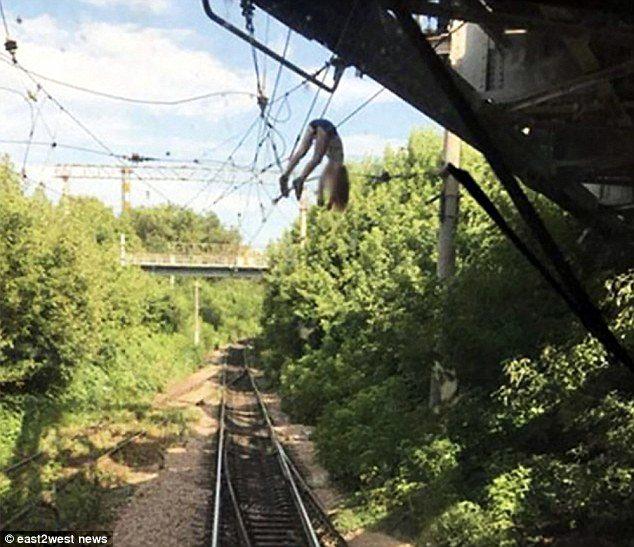 俄辣妹玩自拍「掛在高壓電上60分鐘」 火車司機以為是抹布猛一看煞車:是人...