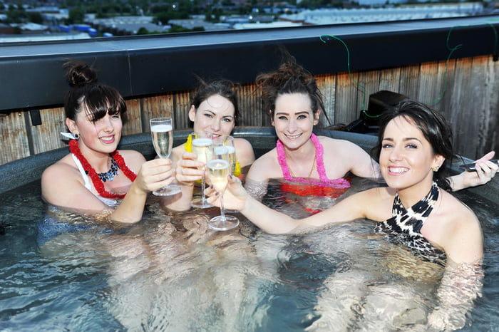 日本推出「露天浴缸電影院」 邊小酌泡澡邊享受大螢幕超消暑!