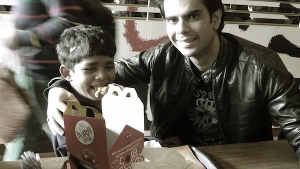 5歲男孩「第1次吃麥當勞」 好心男子問出悲慘身世:我不工作就沒辦法養活家人