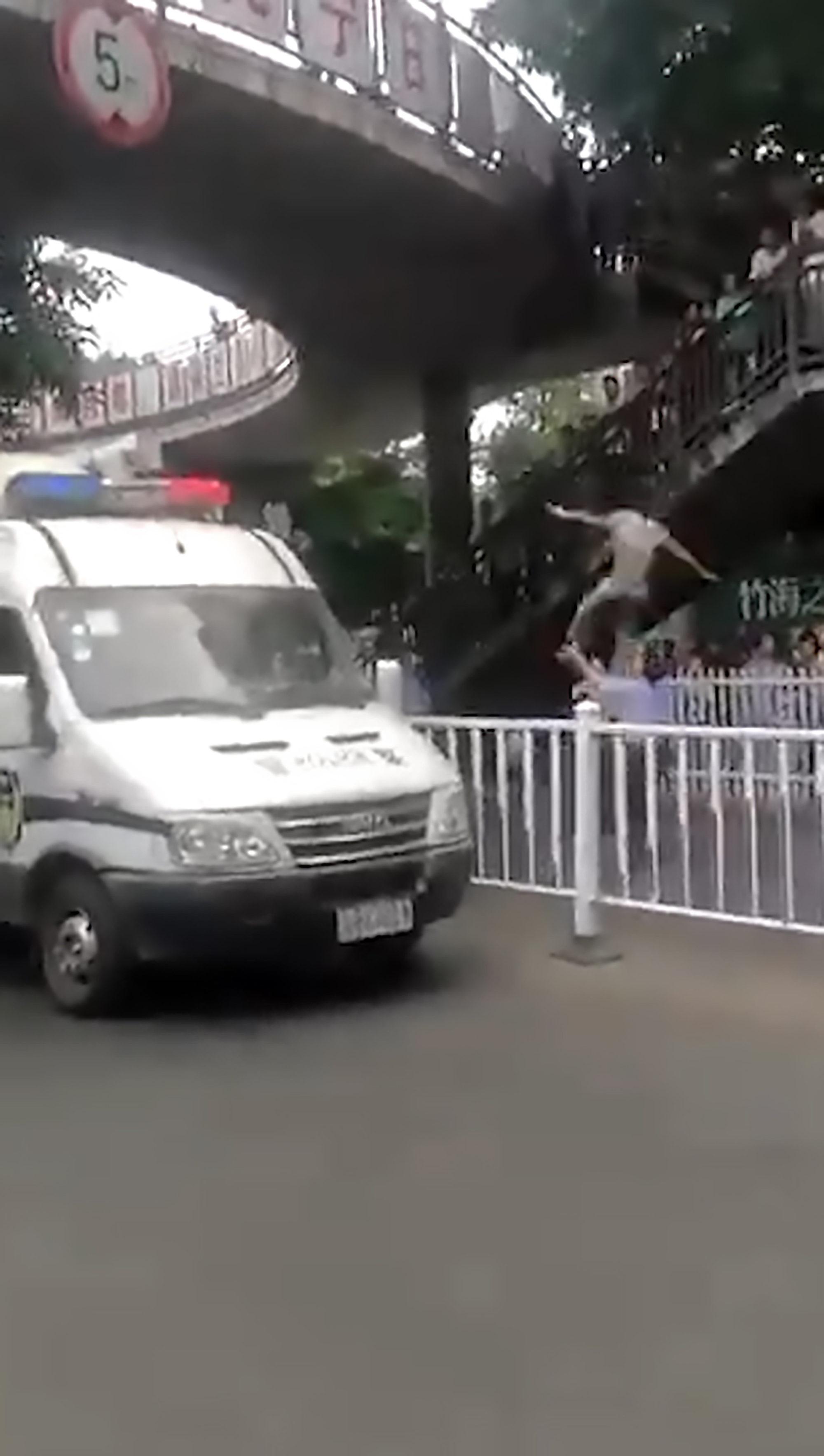 影/男子絕望躍天橋 底下員警「衝上神救援」:這是我的職責
