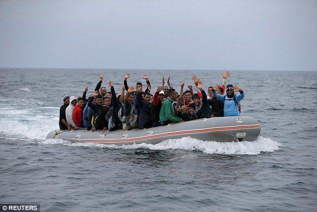 西班牙海上發現破爛木船 「滿滿非洲移民湧上岸」向遊客乞食