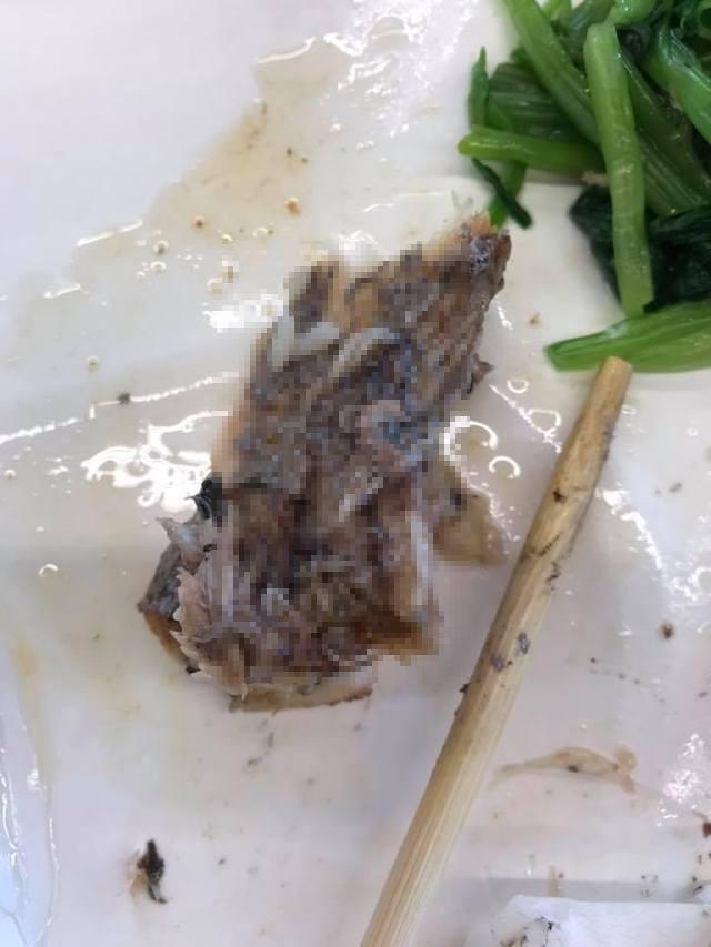 他挖開白帶魚想大口吞 下秒驚見「魚肉變寄生蟲大本營」店家:這正常~