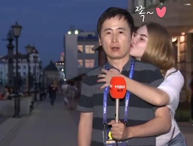 差別待遇?南韓男記者世足現場遭2俄女狂親:真的是餓女~