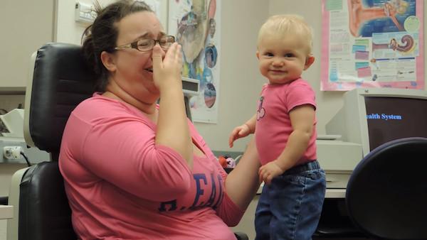 失聰寶寶戴上「助聽器」聽見馬麻聲音 瞬間第一個笑容:這是我的媽媽~
