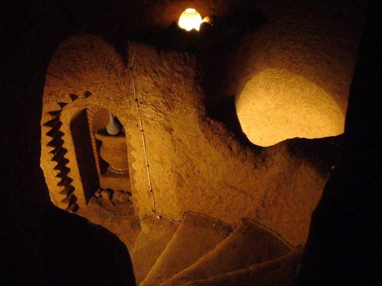 除了睡覺都在挖!男子花23年全手工鑿出「地底寺廟」 妻:我本來只叫他挖個儲藏室