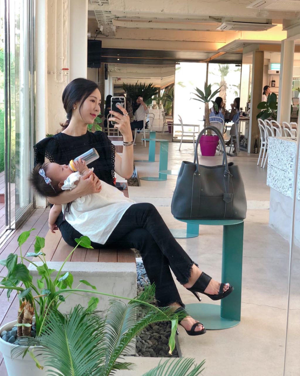 老公出門「媽蟲」掛小孩揹名牌上街 新世代花瓶媽媽被轟慘:我們只是做自己