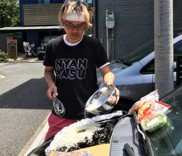 日男酷暑實測「引擎蓋煎肉、做文字燒」 一口咬下:欸蠻好吃的餒