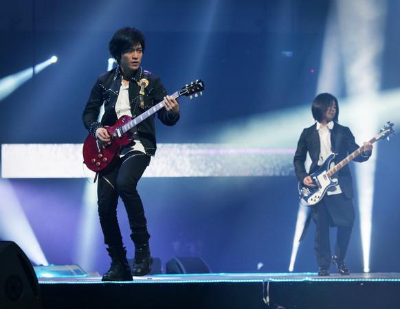五月天才唱兩首歌 韓國秀導丟耳機奔後台:來參加MAMA吧!