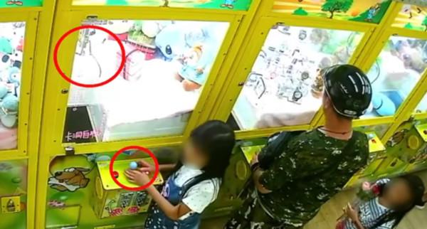 最壞身教!女兒發現夾娃娃機「免錢玩法」 貪爸10分鐘直接掃光