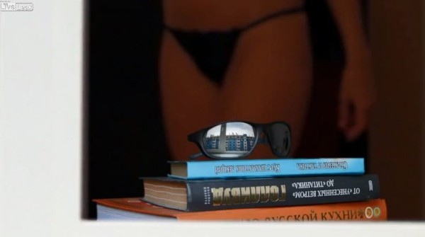 影/他買攝影機「偷拍對面辣妹」當測試 下秒拍到墨鏡中的自己:肩膀上黑黑的是...