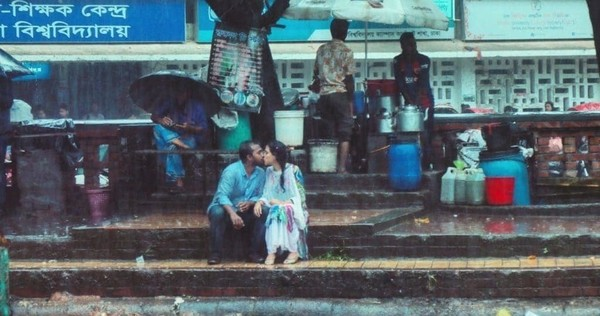 拍攝「情侶雨中親吻」唯美照 攝影師慘被同事賞巴掌、公司直接開除!