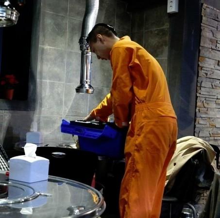 水電工到府服務遭嗆「一輩子撿角」 爆氣收工:這麼有錢,自己用錢裝!