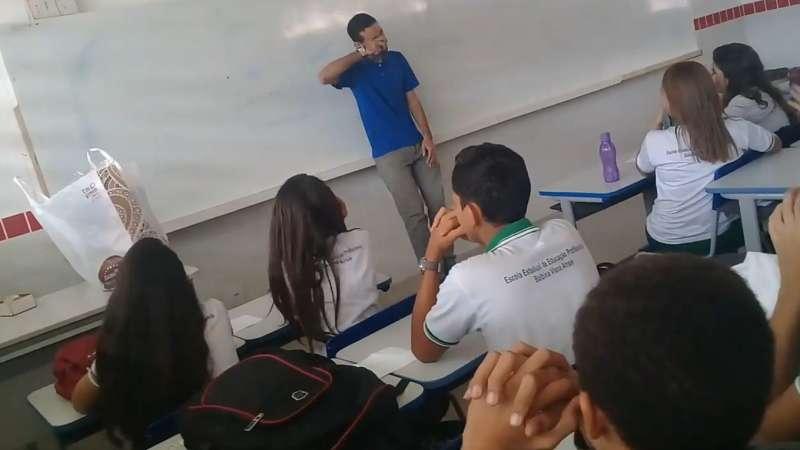 影/老師遭欠薪睡地板度日 「全校最皮班級」化身小天使出手了!