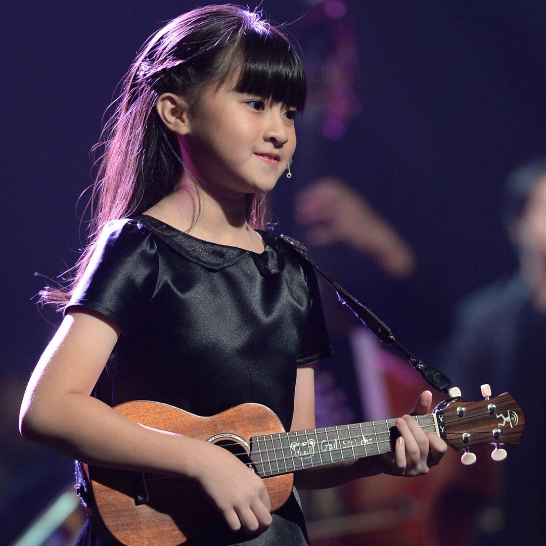 13歲天使顏正妹「Rap+自彈自唱」驚艷路人 Google一下才發現背景超強大!