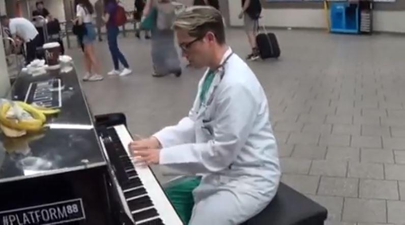 超帥醫生坐到鋼琴前「使出隱藏技能」 老醫生聽到一半忍不住:可以加入嗎?