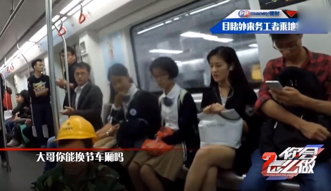 工人被嫌「很髒很臭」不可以坐座位 女學生勇敢反嗆:人生來平等,老師沒教你嗎?