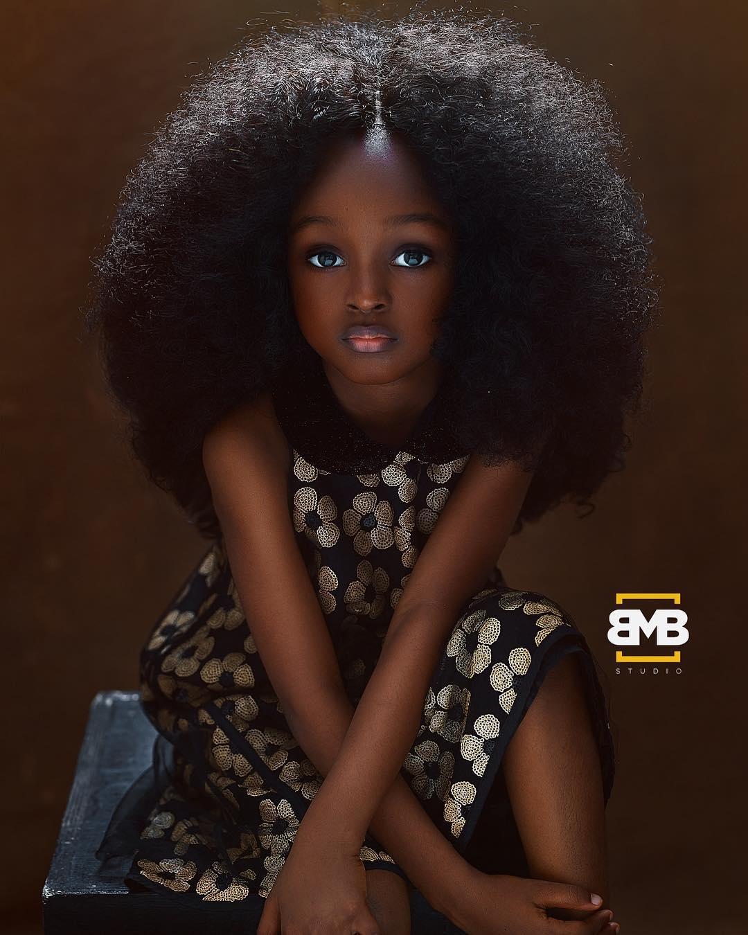 奈及利亞5歲女孩譽「最美臉孔」 超專業空靈雙眼電翻網友