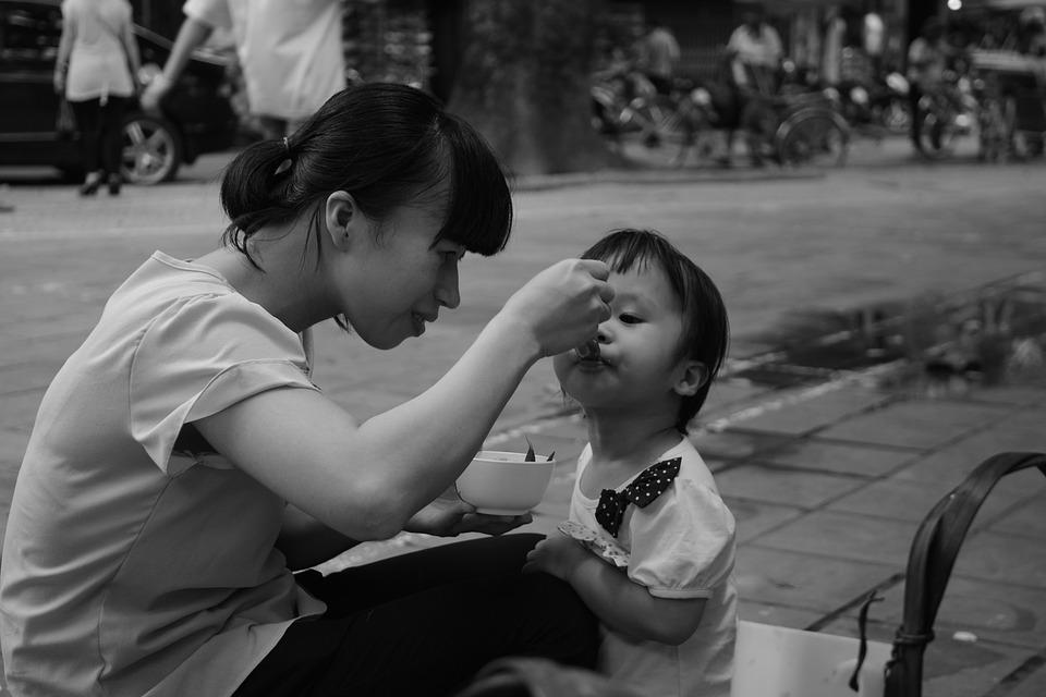 媽點麵狂嗑「留剩湯給兒女」 他不捨送餐弟弟露笑臉:第一次吃好飽