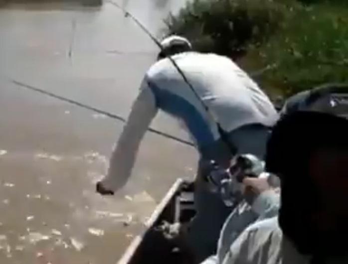 釣客拿木棍打魚卻誤擊鱷魚 牠躲水裡偷瞪:經過也不行?嘎拎北記住