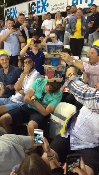 男子比賽無聊「頭睡到垂直」 路人架杯子疊疊樂睡出新高度!