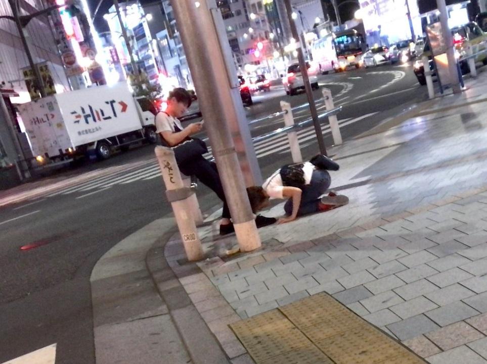 算什麼男人!短髮妹街上「土下座」求原諒 男友滑手機無視
