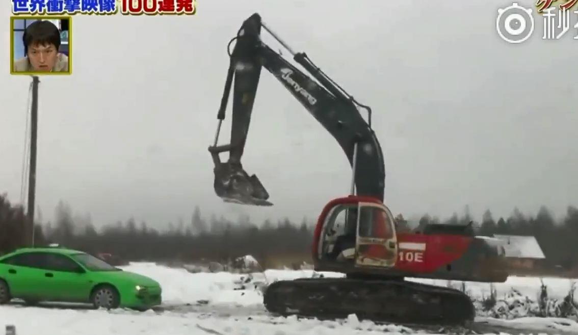 戰鬥民族94兇!挖土機遇爆走兄弟擋路 竟直接鏟成廢鐵:只有你會兇膩?
