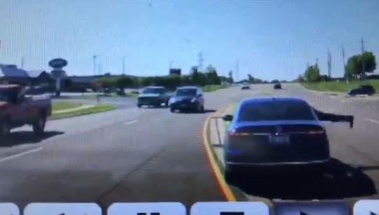 隔壁車突蛇行 勇男「跳進車窗」拯救癲癇駕駛:我只是對的時間出現在對的地方