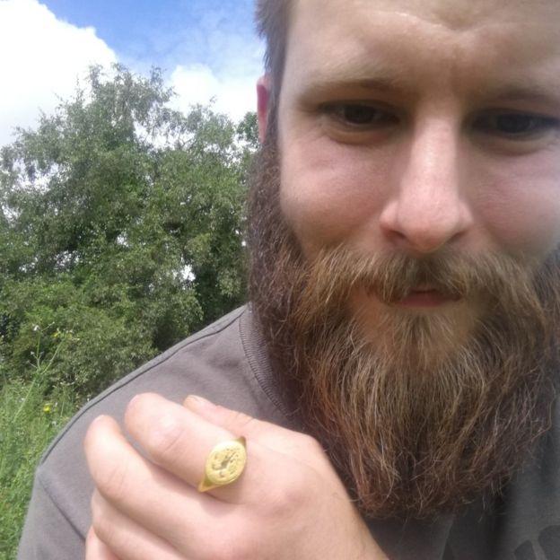 鬍鬚男挖到「400年雙頭鷹拉環」 汽水拉扣身價翻倍...專家:賺了!那是皇室傳家寶