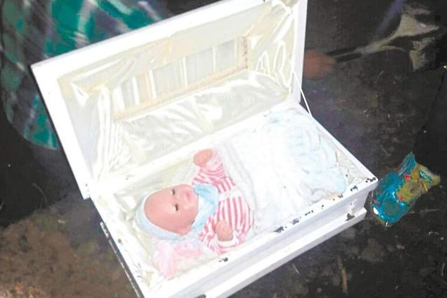 寶寶沒了...瞎妹唬爛「生下無緣嬰兒」 老爸忍痛開棺:請問那是洋娃娃嗎?