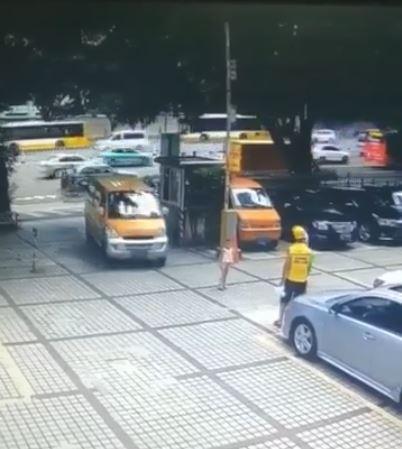 媽媽為了錢推兒子到車前!計畫失敗竟「躺下活跳跳」 網怒:孩子會恨你一輩子