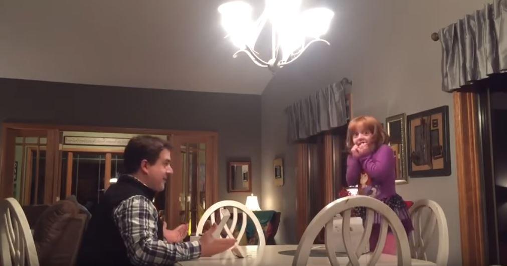 是誰訂網拍?爸爸嚴肅質問兩女兒 姐妹緊張「拆盒子」拍桌爆哭:OMG~