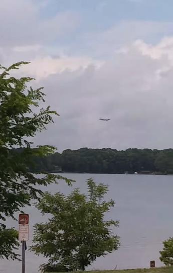 男子拍到湖上「不明飛行物體」 影片上傳慘遭輪胎公司打臉:HEY...那是我們家的喔