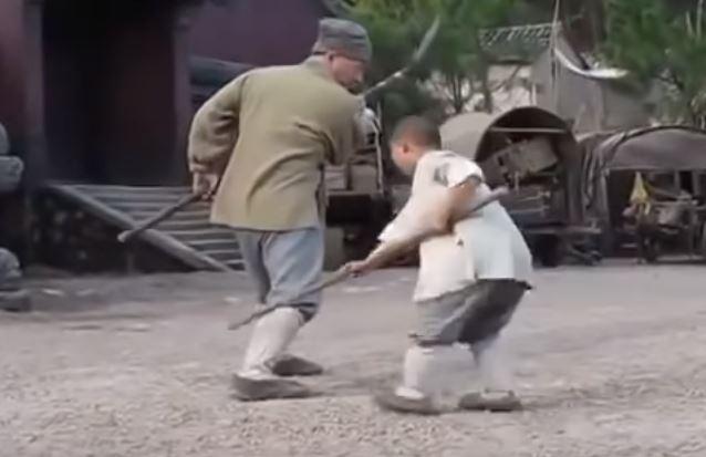 武打大師成龍向「小男孩」拜師學藝 被嚴格糾正姿勢:你這樣不對!