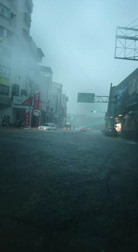 暴雨持續北上準備雨虐中台灣! 屏縣堅持不停班惹民怨:哈囉~縣長有在屏東嗎?