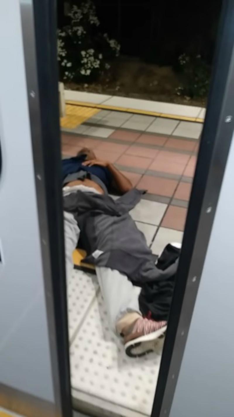 別耽誤我時間!西裝男急著回家 將癲癇患者「拖出車廂外」褲子都掉了