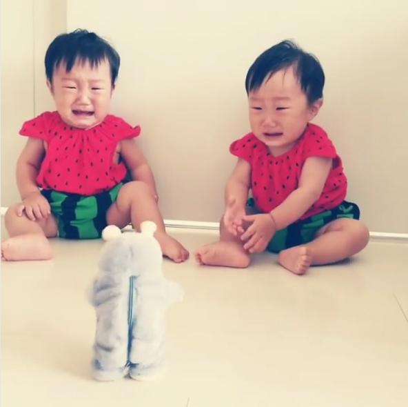 聲控娃娃一前進「比哥吉拉更可怕」 雙胞胎崩潰逃跑:怪獸鼻要來QQ