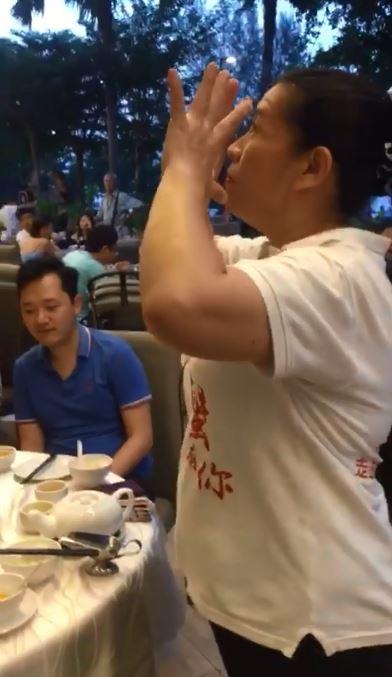 偶的歌!服務生阿姨上菜表演「電音烤雞舞」 超強律動讓網嗨:加薪~