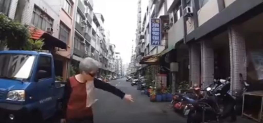 墨鏡阿嬤霸占路中央 跩臉比「神秘摩斯密碼」網笑:報明牌?