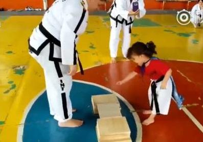 影/小萌娃怎麼試都踢不破木板 教練比她還急:用坐的也要坐破啊~